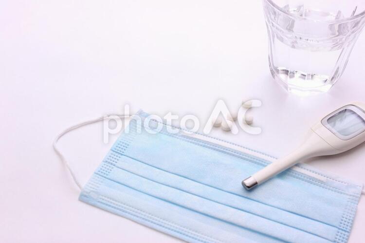 マスクと薬と体温計2の写真