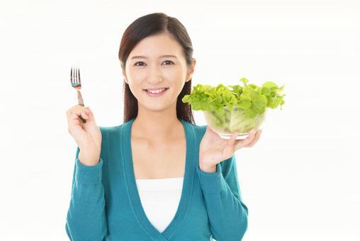 샐러드를 먹는 여자