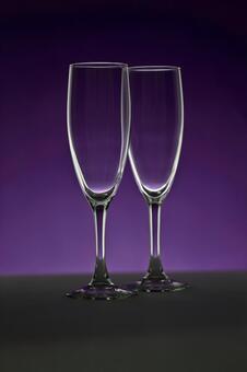 的香槟酒杯紫色背景2玻璃光