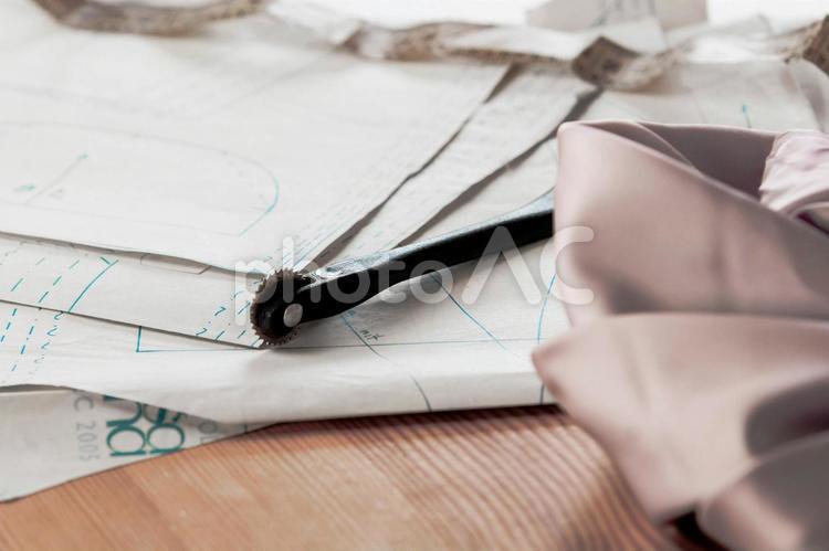 型紙とルレットと布の写真