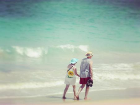 Take a walk in the sea with a couple