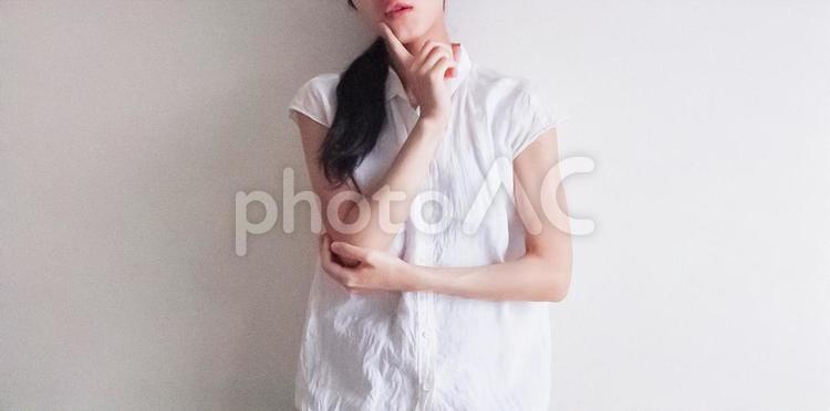 考え込む女性(横長)の写真