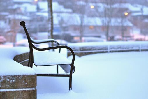 눈 오는 날 공원 벤치