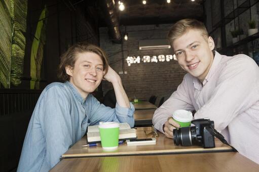 同性戀夫婦22坐在咖啡桌座位