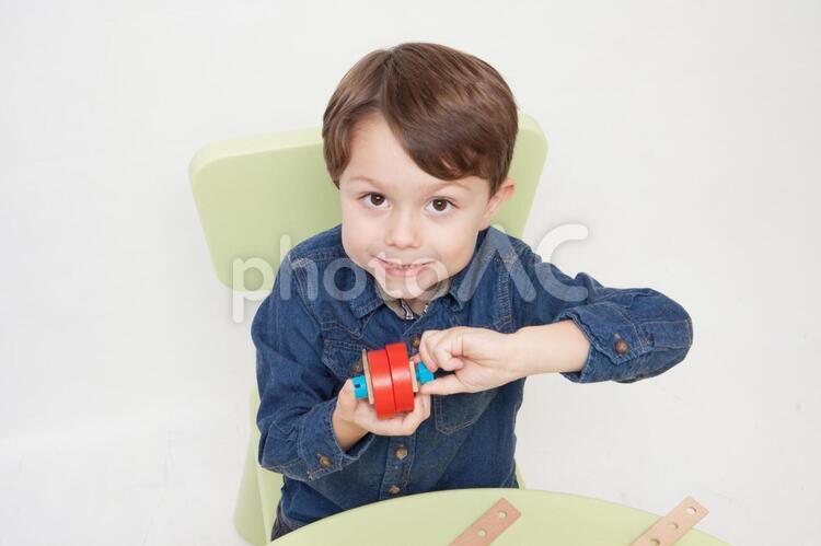 おもちゃで遊ぶ男の子15の写真