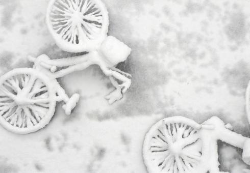 在雪掩埋的兩輛自行車