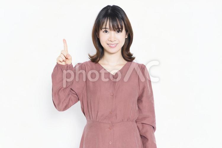 ビジネスのポイントを指し示す女性の写真