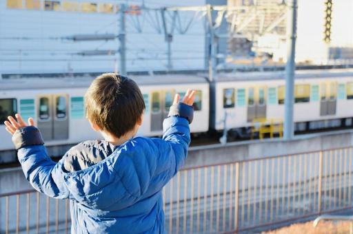 기차에 손 흔들기 소년