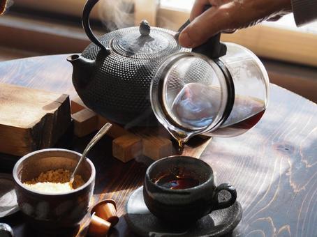 咖啡是用熱水煮沸在鐵瓶中