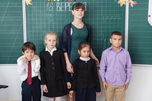 小学学生和教师2黑板前一字排开