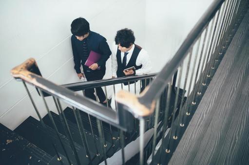公司員工2爬樓梯