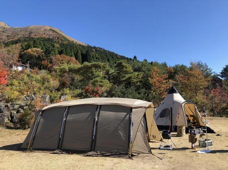 텐트 단풍과 산