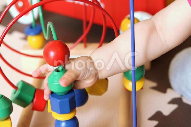 おもちゃで遊ぶ赤ちゃんの写真