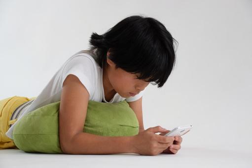 小學生看著智能手機