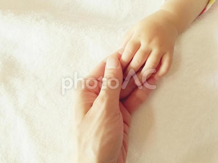 赤ちゃんと握手の写真