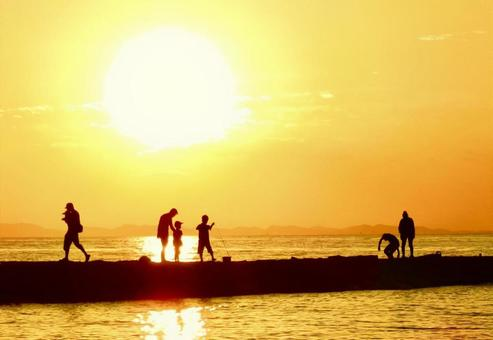 用溫暖的光照亮人們的金色太陽01