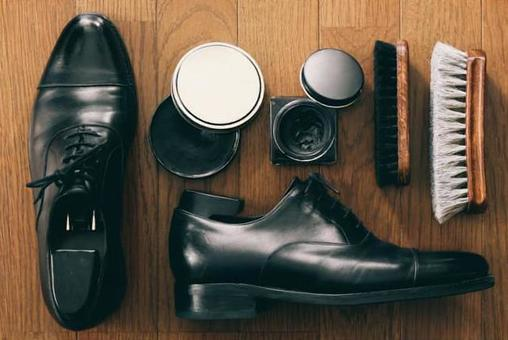 Leather shoes polishing tools and men's shoes