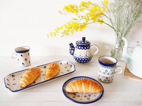 Living table bread Polish pottery