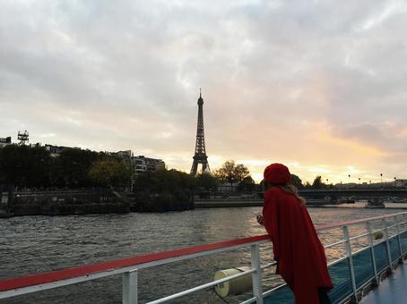 프랑스 파리 세느 강 크루즈 중에 찍은 에펠 탑과 빨간 옷을 입은 파리 지엔느