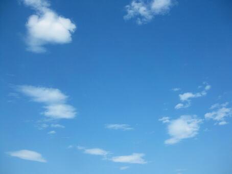 푸른 하늘에 떠있는 구름 2