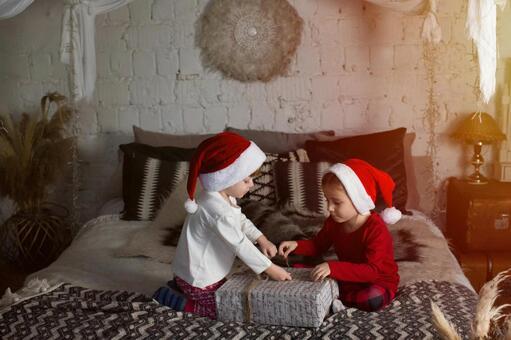 크리스마스 선물을 여는 아이들