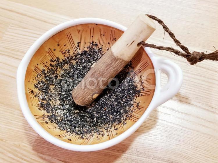 すり鉢で、黒ゴマすりの写真