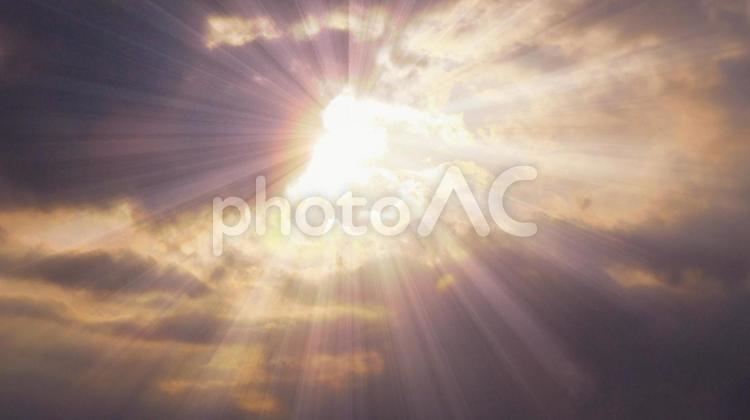 雲の晴れ間から差し込む太陽の光の写真