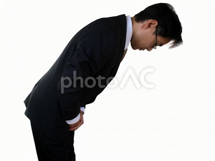 お辞儀をするサラリーマンの写真