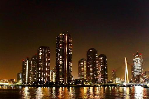 도쿄 佃島 고층 빌딩의 야경