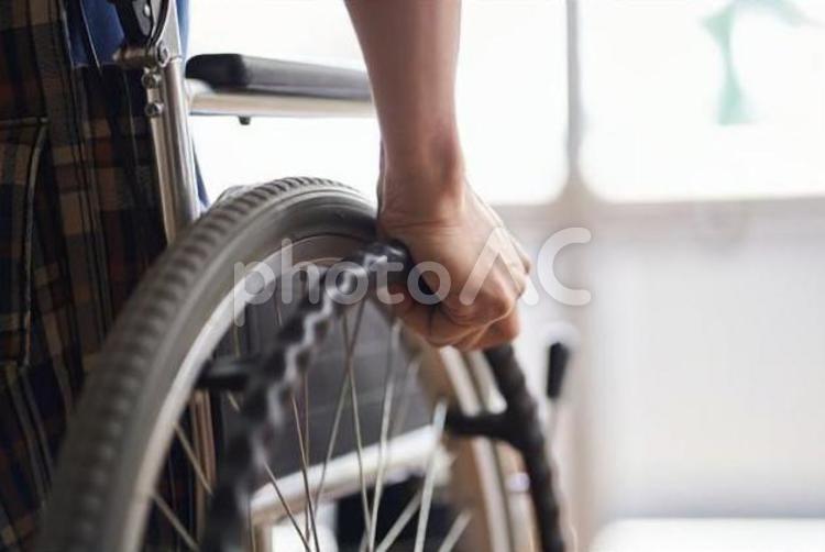 車椅子に乗る高齢者の手元の写真