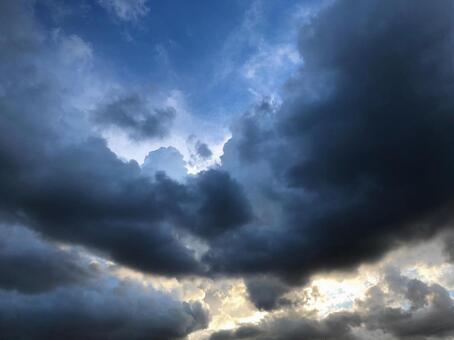 흐린 어두운 하늘