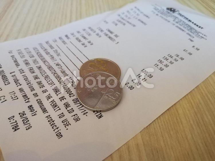 レシートとお金の写真