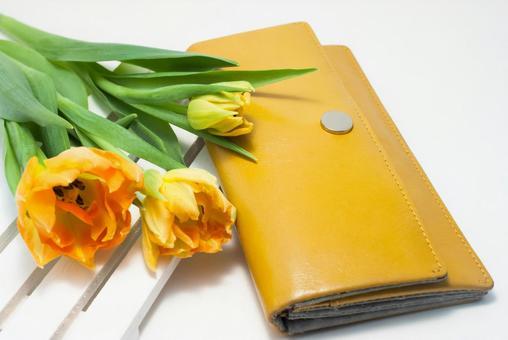 노란 지갑과 튤립