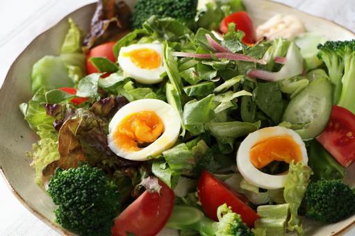 브로콜리와 삶은 계란 샐러드