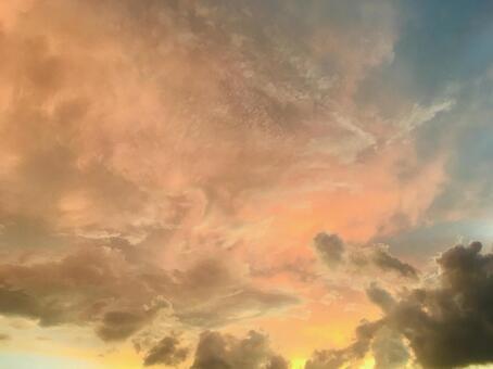 환상적인 하늘 구름 흐린 일몰 아침 놀 아름다운 불타는 배경 배경