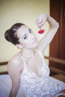 内衣吃樱桃20的外国妇女