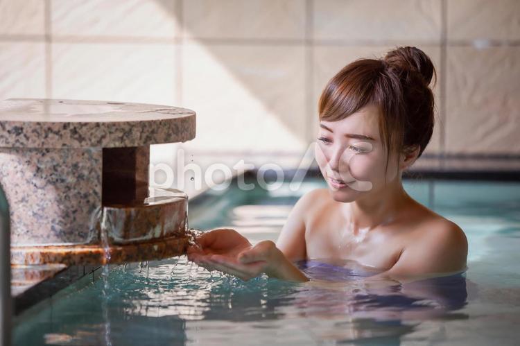 温泉に入る女性の写真