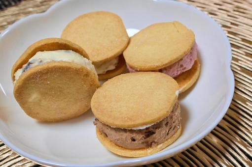 Cookie cream sandwich