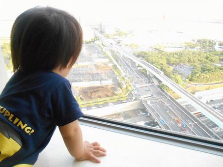 창 밖을 보는 아이