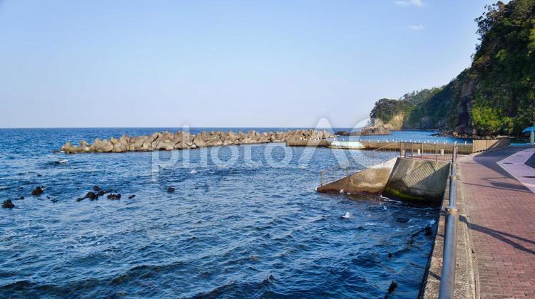 伊豆大島の堤防で釣りをするの写真