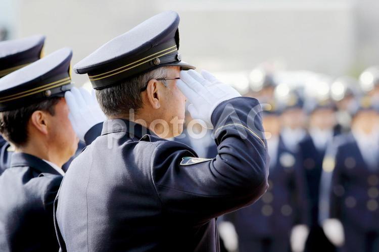 警察官 敬礼の写真