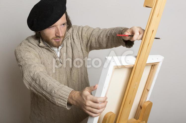 絵を描く前にキャンパスを確認する人の写真