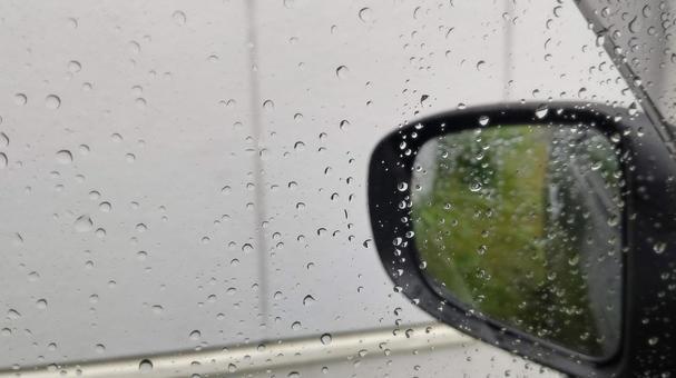 비오는 날의 후진 사이드 미러