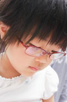 시력 교정중인 소녀