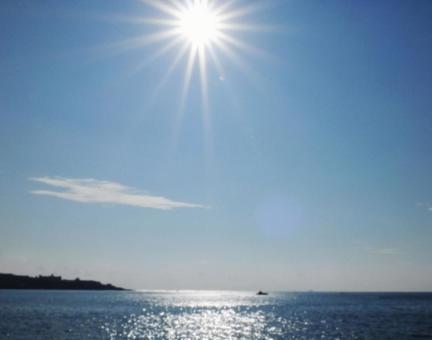 바다에 내리 쬐는 태양