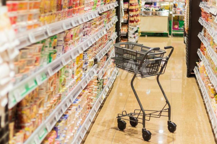 スーパー 店内風景とカートの写真