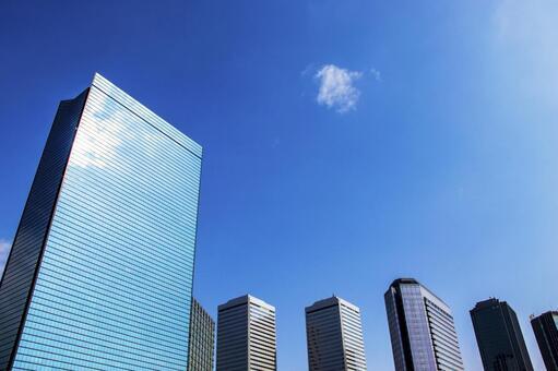오피스 거리의 빌딩 군과 상쾌한 푸른 하늘