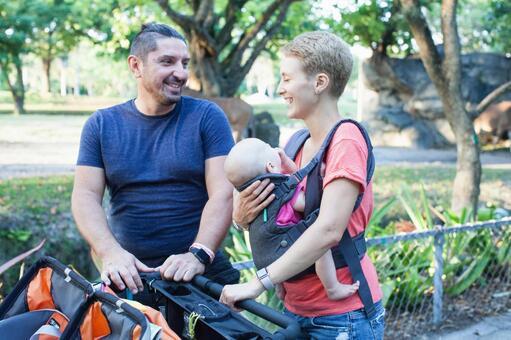 家长3推婴儿车在动物园