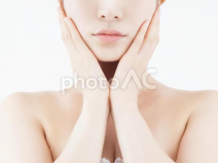 フェイシャルスキンケアを気にする女性の写真