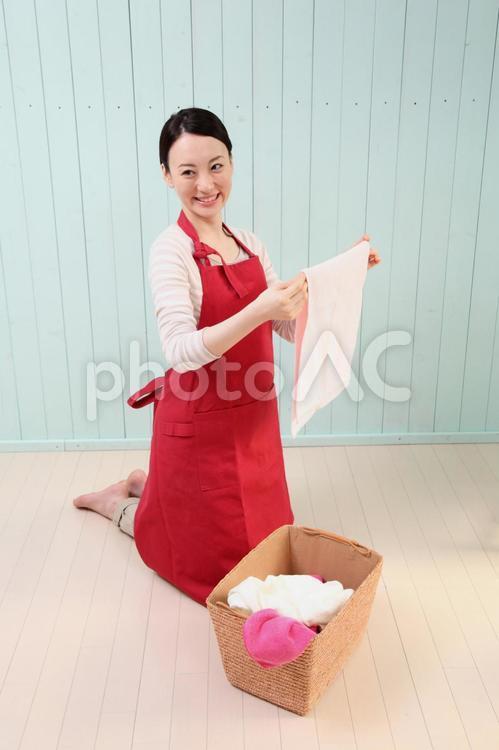 洗濯をする女性2の写真